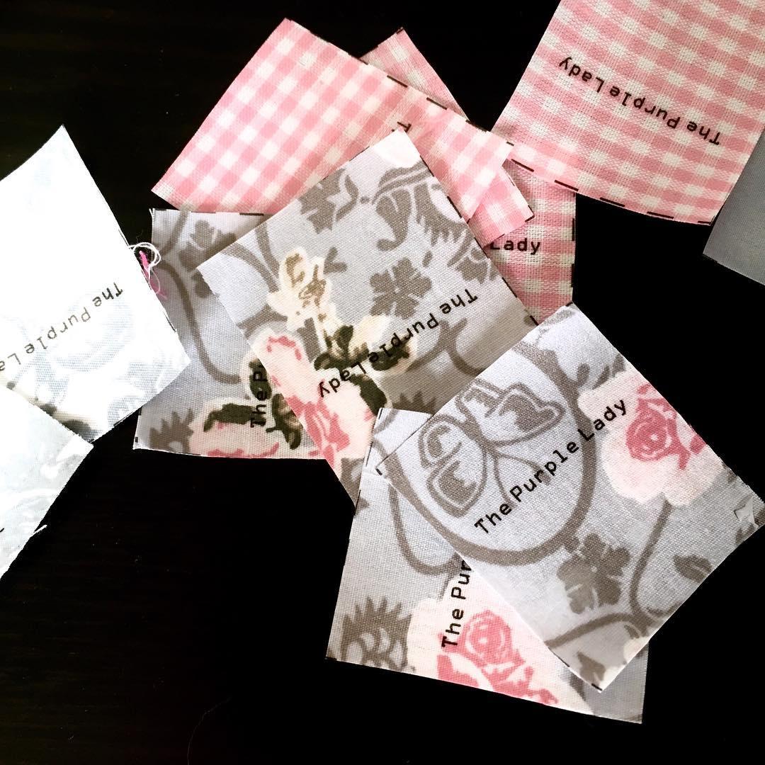 Zo leuk, je eigen labels maken! Ik bewaar er de kleinste restjes stof voor. Daarom kan elk item uit mijn shop een eigen label krijgen die er bij past! Daarnaast ben ik bezig met nog een product maken van restjes… Spannend!
