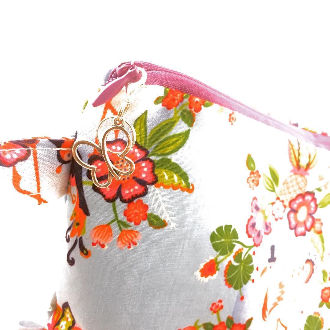 Elke tas krijgt een leuke stekenmarkeerder mee, voor breiwerk en haakwerk! Daarnaast staat het ook nog leuk bij de tas. 💕